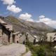 Huisjes met daarachter de bergen van de Franse Alpen in La-Grave-La-Meije