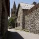 Straatje met daarachter het kerkje van La-Grave-La-Meije in Frankrijk