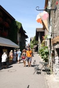 Straatje in het dorp Yvoire in de streek Savoie in Frankrijk
