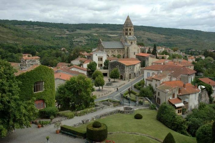France_Auvergne_Rhone_Alpes_dorp-frankrijk_Saint_Saturnin_Eglise-By-Calips-CC-BY-SA-3.0-via-Wikimedia-Commons