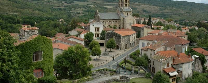 France_Auvergne_Rhone_Alpes_dorp-frankrijk_Saint_Saturnin_Eglise-By-Calips-CC-BY-SA-3.0-via-Wikimedia-Commons