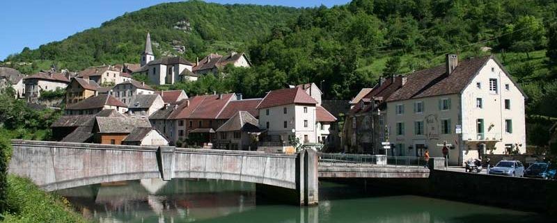 Lods-Le_pont_sur_la_Loue-Frankrijk-dorp-burg-Doubs-franche-comte-By-Jean-Pol-GRANDMONT--CC-via-Wikimedia-Commons