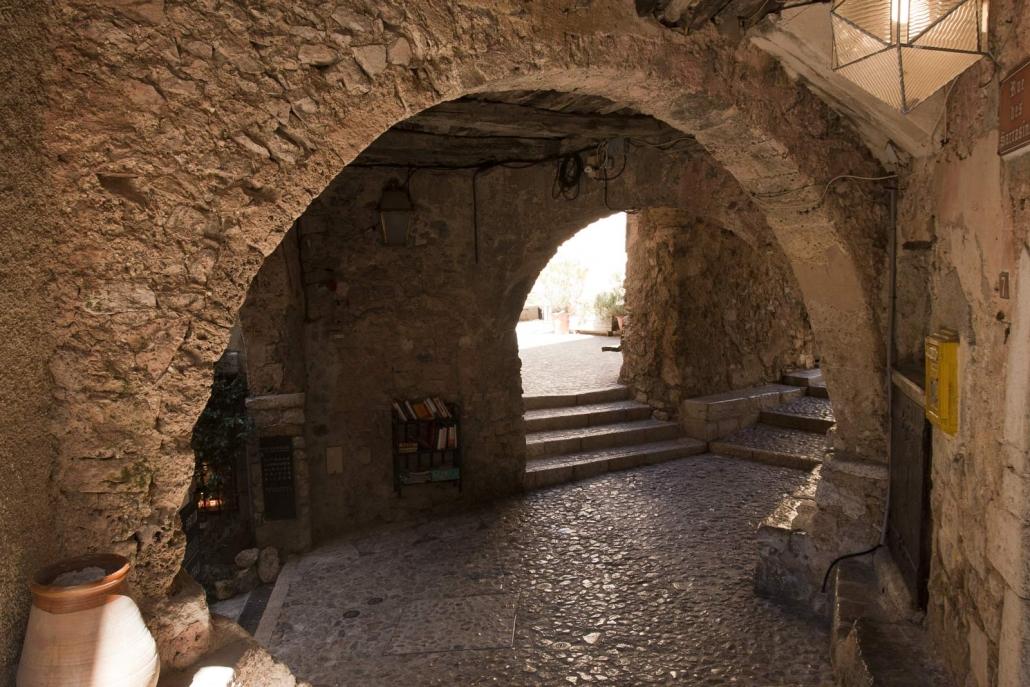 Een overdekt straatje in het dorp Sainte-Agnès bij de Italiaanse grens