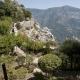Uitzicht op de kasteeltuin van Sainte-Agnès met daarachter Italië