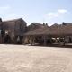 Het plein met de houten markthal in het bastidedorp Monpazier in het westen van Frankrijk