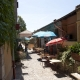 Straatje met terras in het dorpje Sainte-Agnès in Frankrijk