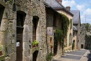 Sainte-Suzanne_straatje dorp in Normandië