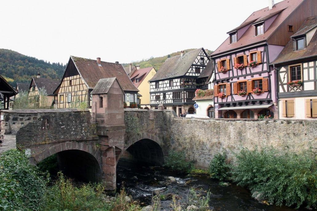 De versterkte brug in Kayersberg in de Elzas, Frankrijk