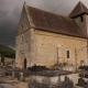 Donkere wolken boven de kapel in het dorpje Limeuil in Frankrijk