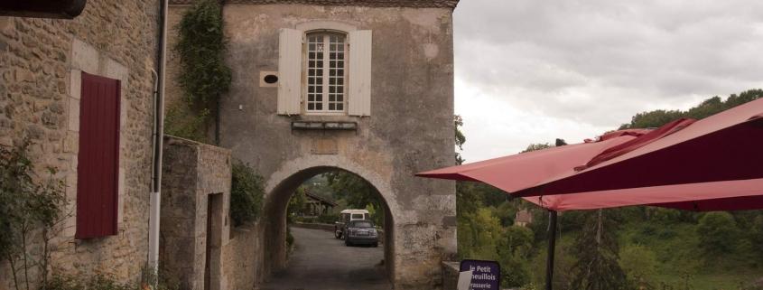 Een huis over een straat in Limeuil in Frankrijk