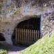 Een fitnessapparaat in een grot in het dorp La Roche-Guyon in Frankrijk