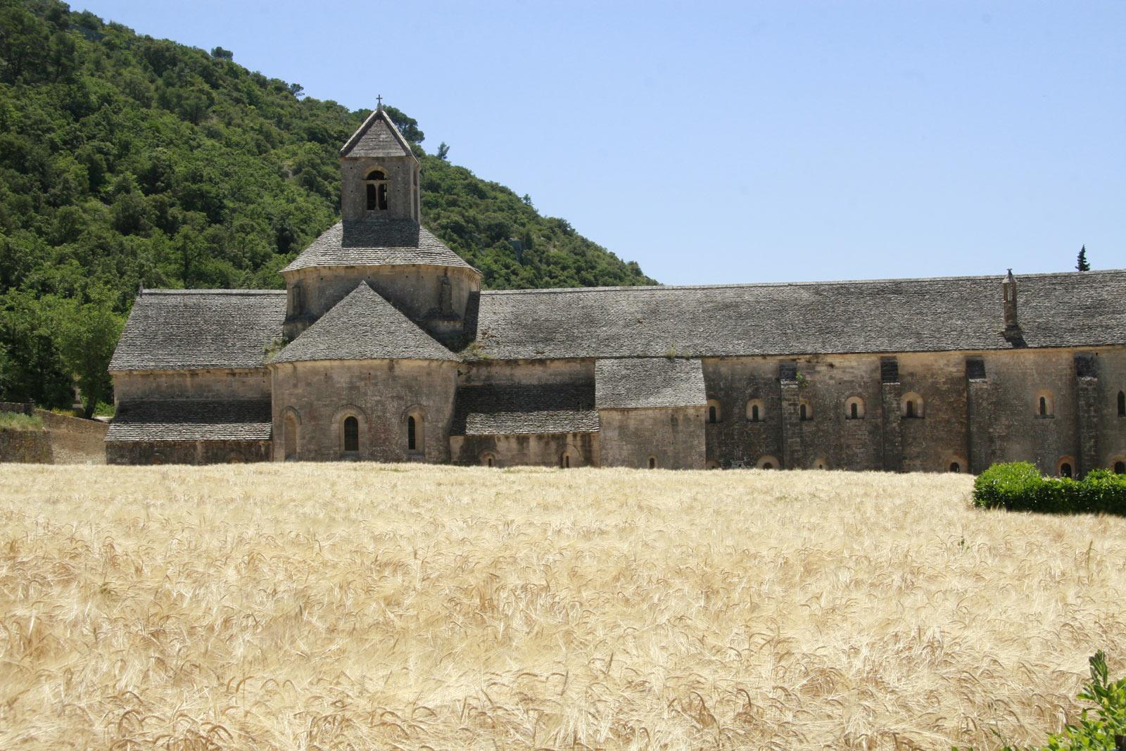Abbaye de Sénanque in de Provence is een Romaans klooster dat midden in de natuur ligt.