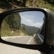Achteruitkijkspiegel op de route nationale in Frankrijk