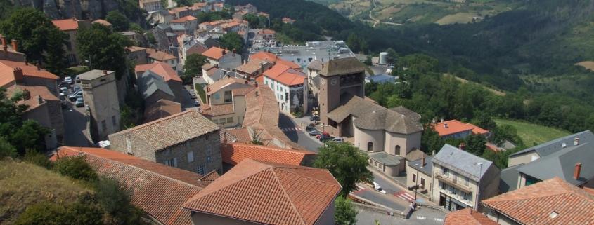 Het dorp Roquefort in de Aveyron in Frankrijk waar de grotten zijn waar de kazen worden gerijpt
