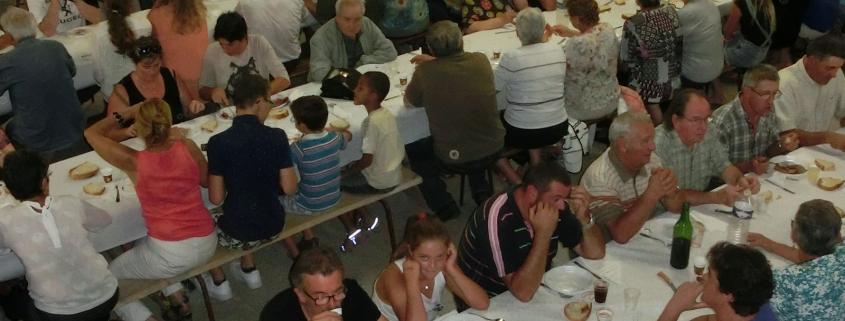 De traditionele maaltijd in een grote schuur tijdens het dorpsfeest in het dorp -la-Bastide-Solages in de Aveyron