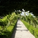 In de tuin naast het klooster is het rustig en je kan er heerlijk wandelen.