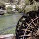 Een waterrad in de rivier de Sorgue in het dorp Fontaine-de-Vaucluse-Vaucluse in de Provence Frankrijk