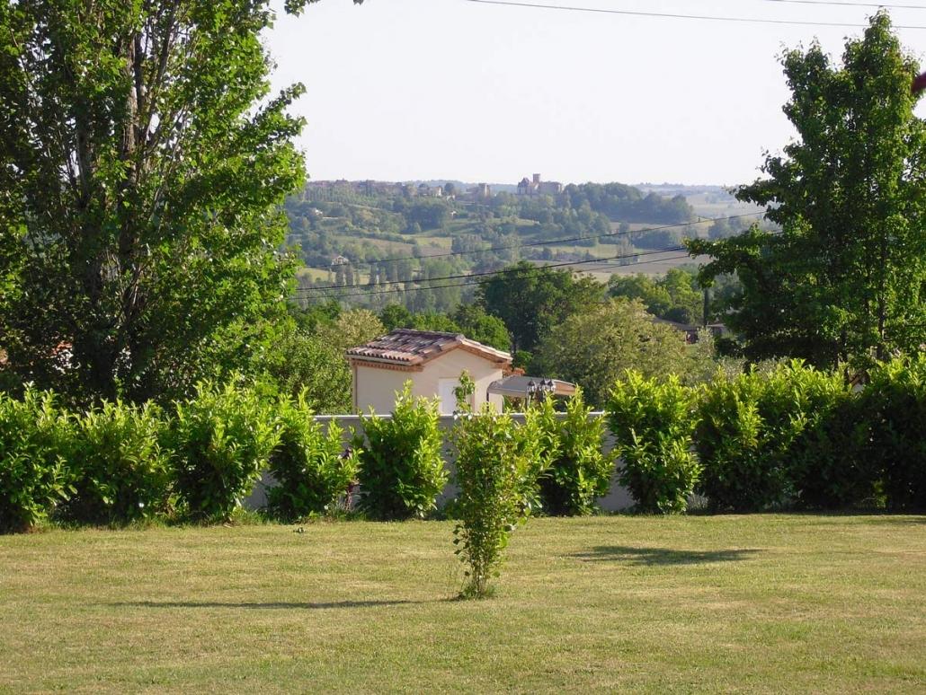 Uitzicht op het kasteel Duras vanuit de tuin van Maison a votre Santé