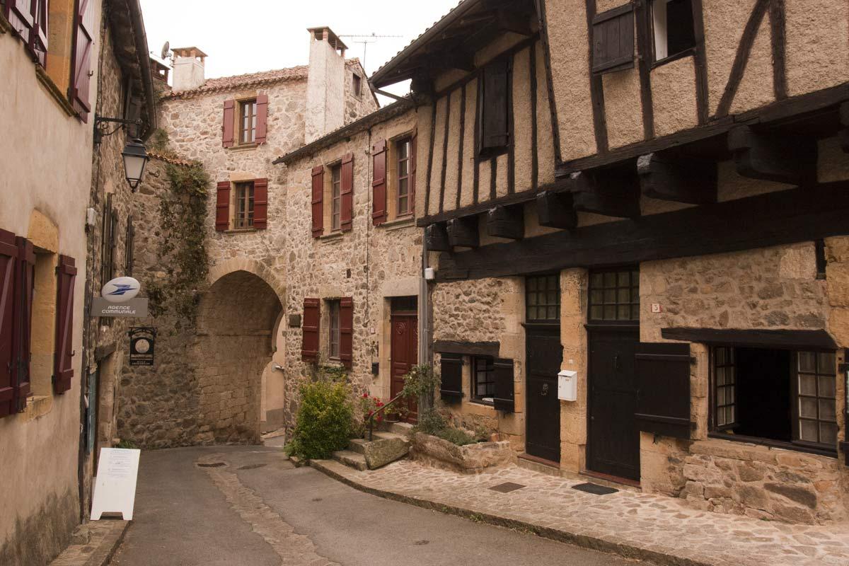 Vakwerkhuizen met daarnaast de poort in het dorp Peyrusse le Roc