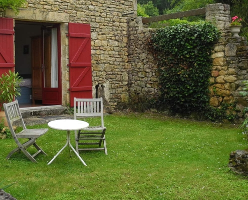 Zitje in de tuin van gites Lagrenie bij de Dordogne in Frankrijk