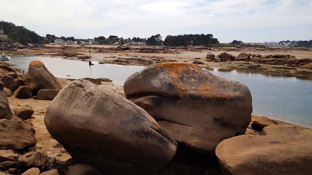 Enorme rotsen langs de kust van Ploumanach