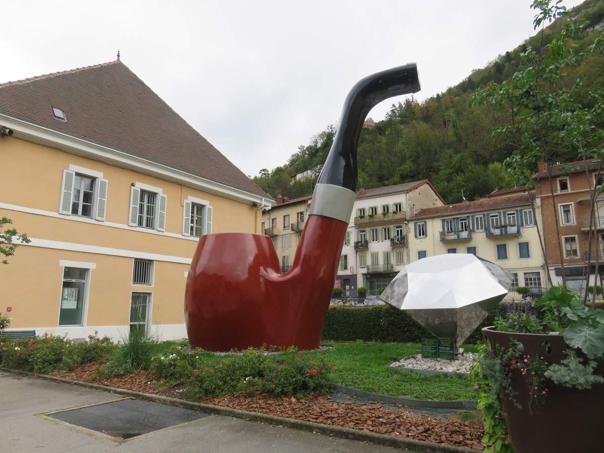 Grote pijp als monument in St.Claude in de Jura