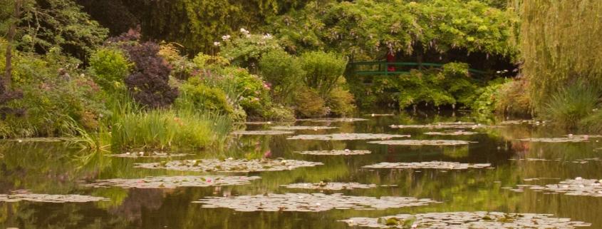 De brug in de Japanse tuin van Monet in Giverny