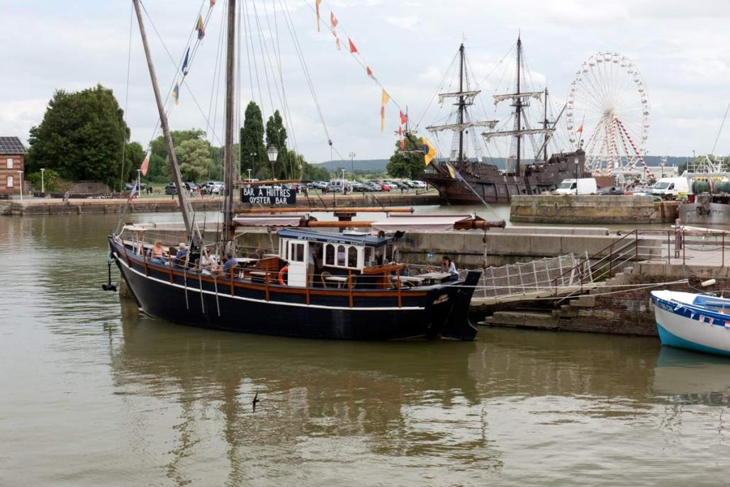 Oesterbar op een boot in de haven van Honfleur in Normandië